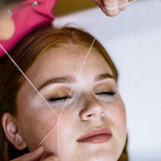Épilation au fil - visage complet dont sourcils